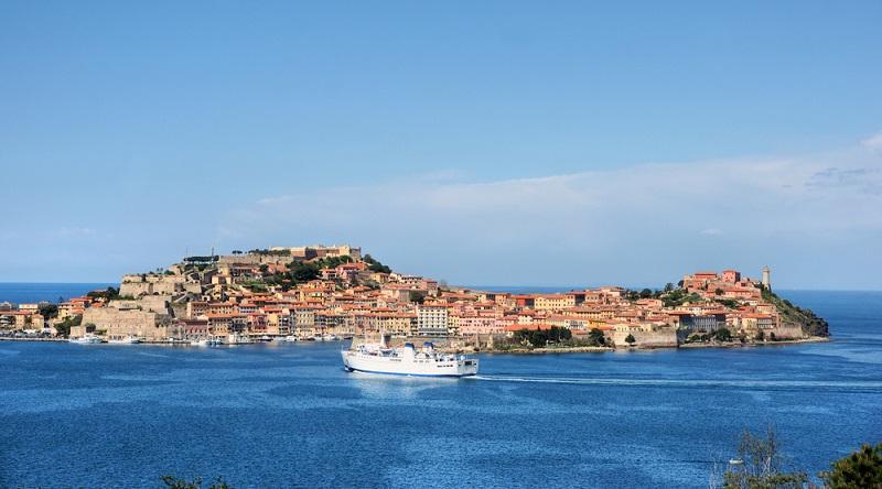 Im Sommer verkehren mehrmals täglich die Schiffe der Fährgesellschaften Toremar, Mo-by Lines, Blu Navy und Corsica-Sardinia Ferries. In den Sommermonaten gibt es zusätz-lich eine Verbindung mit Corsica-Sardinia Ferries auf der Strecke Portoferraio – Bastia (Korsika). Die Überfahrt dauert nur etwa anderthalb Stunden. (#01)
