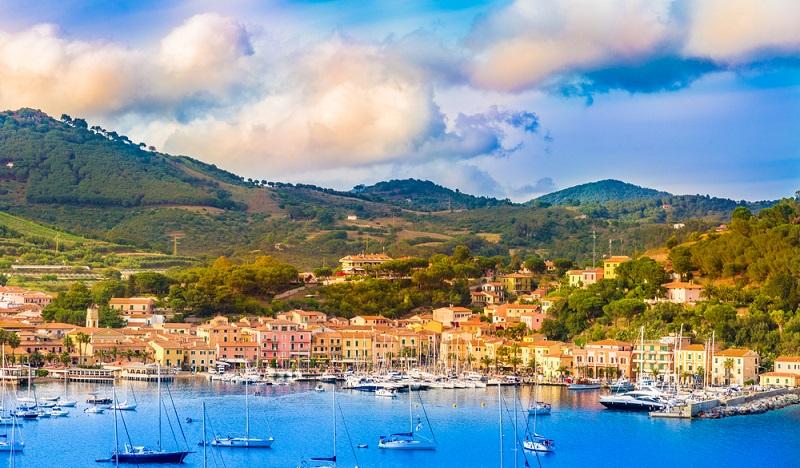 Camping in Italien auf Elba– das klingt an sich schon vielversprechend. Aber dann auch noch Urlaub auf der nach Sizilien und Sardinien drittgrößten Insel Italiens, mitten im Mit-telmeer gelegen, von der Sonne geküsst, gespickt mit zahlreichen Sehenswürdigkeiten, langen Stränden, einer abwechslungsreichen Landschaft und einer guten Infrastruktur für Besucher: Ein Traum! (#02)