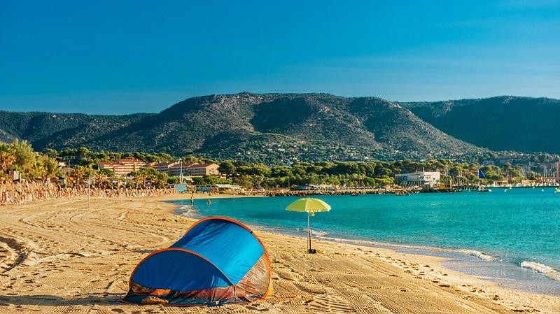 Gerade beim Camping ist es kein Problem, von einem Platz zum nächsten zu wechseln: So kombiniert man den Urlaub am Meer mit einer Art Städtetrip. (#04)