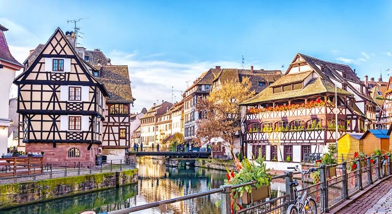 Straßburg besticht durch seine märchenhaften Bauten, durch die große Kathedrale und durch die Häuschen, die teils zwar windschief sind, die aber einen wunderschönen Eindruck hinterlassen. (#04)