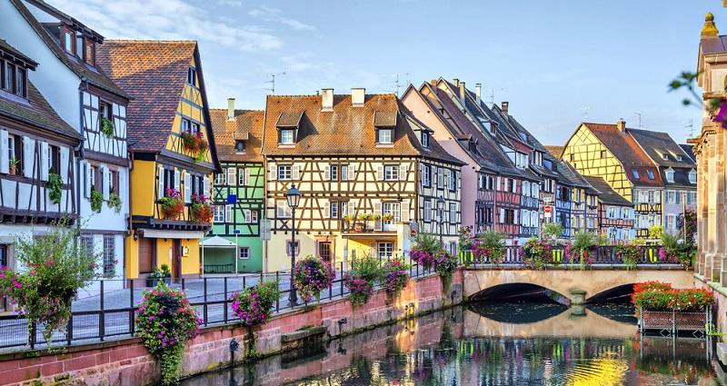 Die Fachwerkhäuser im Elsass wurden mit dem typischen Blumenschmuck versehen.