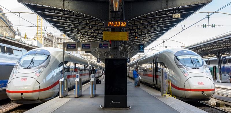 Es gibt mittlerweile mehrere ICE- beziehungsweise TGV-Verbindungen zwischen Paris und verschiedenen deutschen Großstädten. Auf diese Weise gelangen sie innerhalb weniger Stunden in die Hauptstadt des Landes.