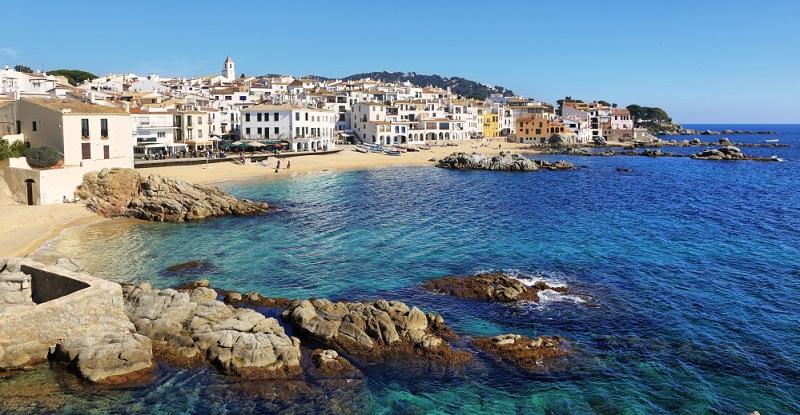 Wer die kulinarischen Seiten einer Reise schätzt, der findet an der katalonischen Küste herrlich frische Paella, leckere Tapas, sowie die köstliche Crema Catalana, einer Dessertcreme mit feiner, knuspriger Karamellkruste.