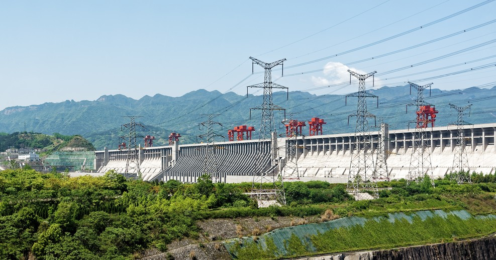 Die Drei-Schluchten-Talsperre stellt einen der größten Eingriffe des Menschen in die  Natur dar. Sie ist ganz klar einer der Yanksee-Source-Codes. Mehr noch als nur ein reiner Staudamm ist sie eine Stauanlage mit einem Wasserkraftwerk, eine Doppel-Schleusenanlage und ein Schiffshebewerk zugleich. (#1)