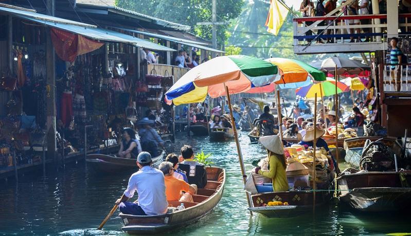 Shoppen in den Ortschaften und auf spannenden Märkten. Feiern und genießen in kulinarisch abwechslungsreichen Restaurants und Bars. Oder die Kultur in den Tempeln und an den Schreinen kennenlernen, die sich mit ihren opulenten Säulen und detailverliebten Dächern über die Stadt erheben.