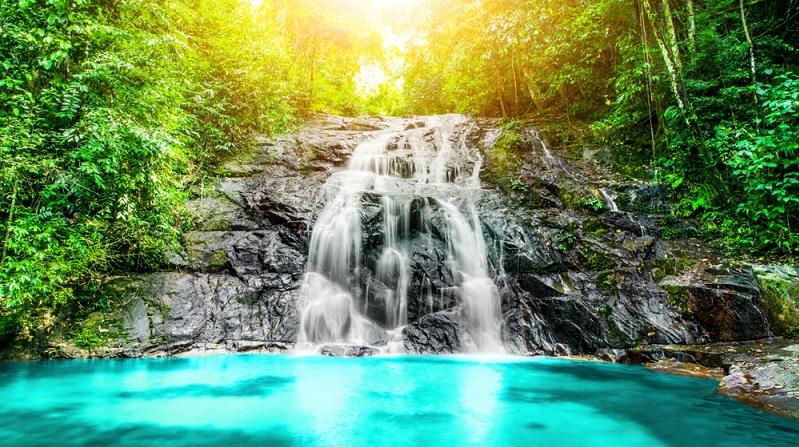 Wandern im sattgrünen Dschungelparadies bei Khuk Khak und aufregende Touren zu Wasserfällen, Höhlen und Buchten. Tauchen, baden und Sonne tanken an Traumstränden mit kristallblauem Wasser und sich im Wind wiegenden Kokospalmen bei Bangsak und Kantary.