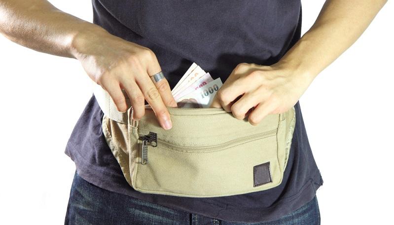 Bauchtasche in den Koffer packen, damit werden wichtige Dokumente und Geld nah am Körper getragen und sind beim Landgang vor Dieben gesichert.