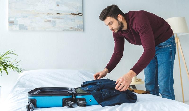Koffer am Flughafen mit Folie einwickeln lassen, damit kann der Koffer nicht aufgehen und wird zusätzlich noch vor Beschädigungen, Schmutz und Feuchtigkeit geschützt.