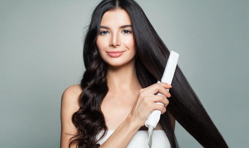 Glatte Haare sind schön, das Glätteisen sollte man aber dennoch nicht in den Koffer für die Kreuzfahrt packen, denn dadurch besteht Brandgefahr.